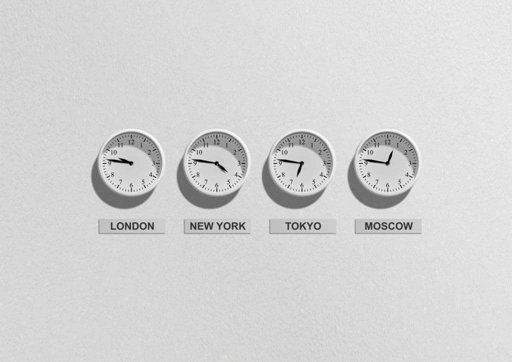 Dylatacja czasu i widoczne cztery zegary