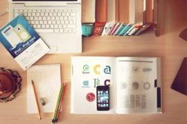 Na rysunku przyrządy wspomagające naukę, laptop, książki, przybory szkolne